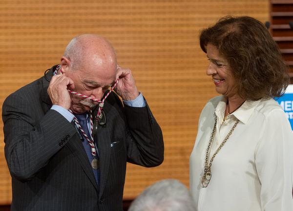 Don Enrique de Aguinaga, uno de las once Cronistas de la Villa, recibe la medalla de manos de la alcaldesa de Madrid. / D.E