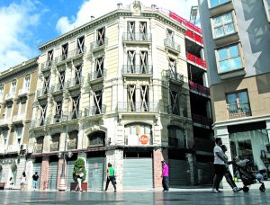 Edificio de Pedro Conesa, con la puerta de su pasaje protegida con una chapa, en el chaflán. :: P. S.