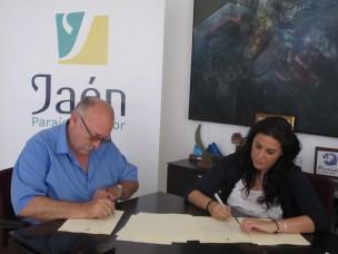 Domingo Bonillo y Ángeles Férriz firman el convenio para la musealización del Real Pósito de Labradores y Diezmo de Carboneros.