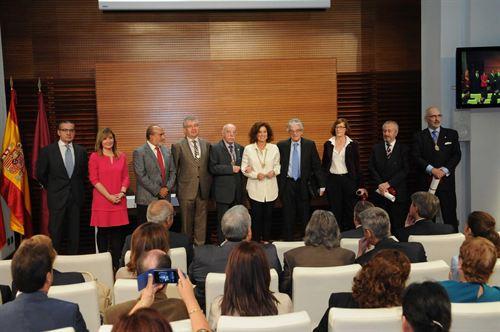 La alcaldesa de Madrid con los cronistas oficiales de la capital.
