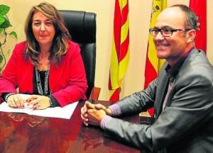 La alcaldesa y el cronista, ayer tras el anuncio del nombramiento. / JESÚS CRUCES