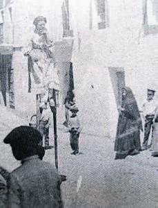 Mujer con zancos hace un siglo. :: S.E.