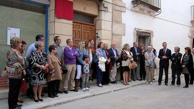Familiares, amigos y el alcalde, ante la casa en la que vivió el cronista de Villacañas y donde se descubrió una placa. / ABC