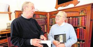 Campoy Camacho y Guirao García comentan el libro que tienen en las manos. :: P. ALONSO / AGM