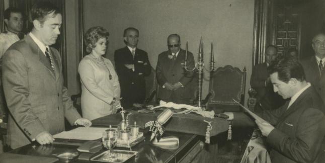 Ramos jura el cargo de concejal ante el alcalde Miguel Gamazo a principios de los años setenta.