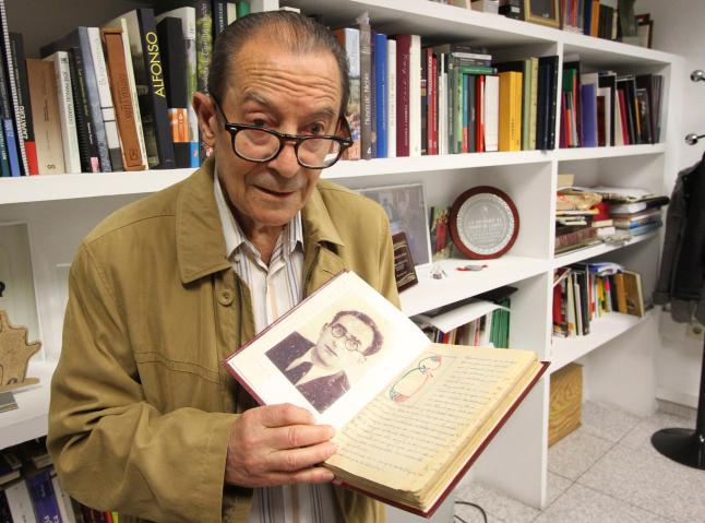 Ramos muestra el «cuaderno de rotación» de su escuela (1934) con la foto de su admirado maestro. / Foto Emilio Fraile