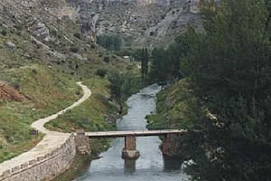 Vista del río Riaza desde los aliviaderos de la presa.
