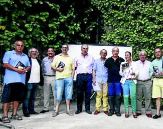 Presentación del libro, ayer, con algunos de los colaboradores que lo han hecho posible. / Foto:FRANCIS VILLEGAS