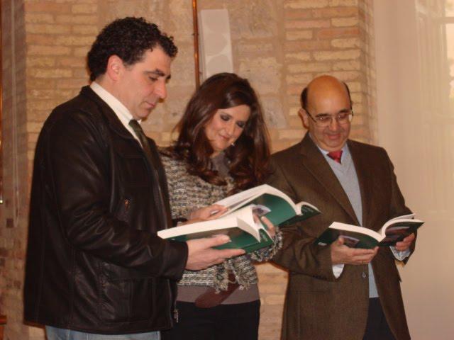José Manuel Troyano Viedma junto al alcalde de Albánchez de Mágina y la diputada de Cultura de Jaén, durante la presentación del libro: `Albanchez de Mágina. Agua y Fuego´.