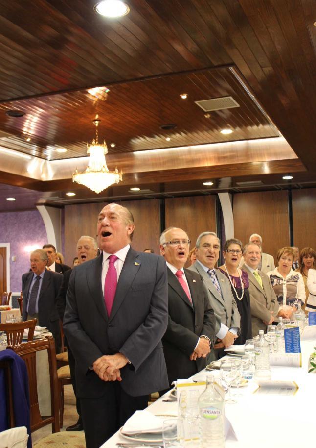 Antonio Suárez, Juan Luis Álvarez del Busto y Linares, entre otros, cantan el «Asturias, Patria Querida» durante la ceremonia del año pasado.