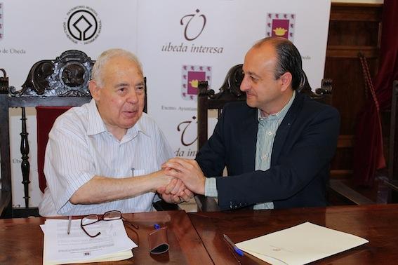 Vicente Oya y José Robles tras la firma del convenio.