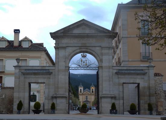 Las coronas de las puertas del real sitio - Puerta de segovia ...