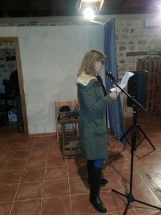Ana Isabel Martín leyendo el cuanto premiado.