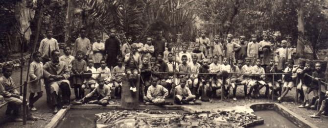 Foto de Miguel Hernández con alumnos de la escuela Ave María.