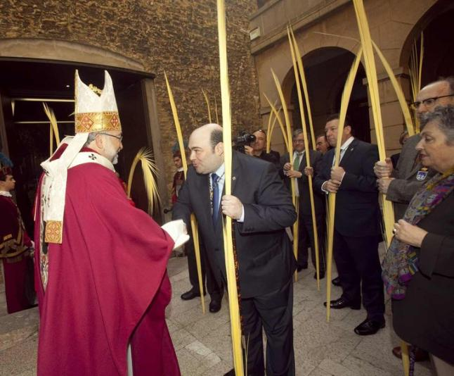 Agustín Iglesias Caunedo, saludando a Jesús Sanz Montes, en presencia de los concejales y de la cronista de la ciudad, Carmen Ruiz-Tilve, a la puerta de la iglesia de San Tirso. / Miki López