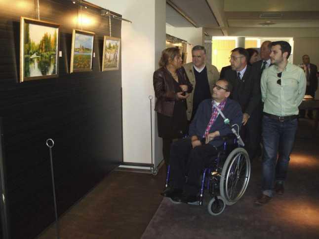 El artista «Luislo» durante su recorrido por la exposición, acompañado por Rosa Valdeón y García Taboada. / Foto M. J. C.