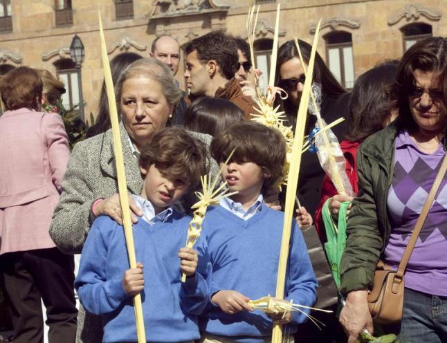 Dos niños con sus palmas en el Domingo de Ramos de Oviedo.