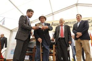 Urbano Huerta es agasajado en presencia del padre Ángel. :: CITOULA