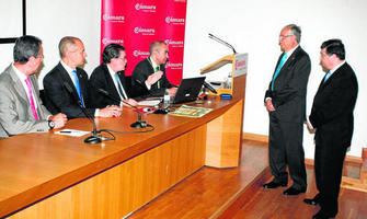Antonio Torremocha y Luis Gómez Barceló, justo en el momento en el que se declara su ingreso en la Academia Andaluza de la Historia.