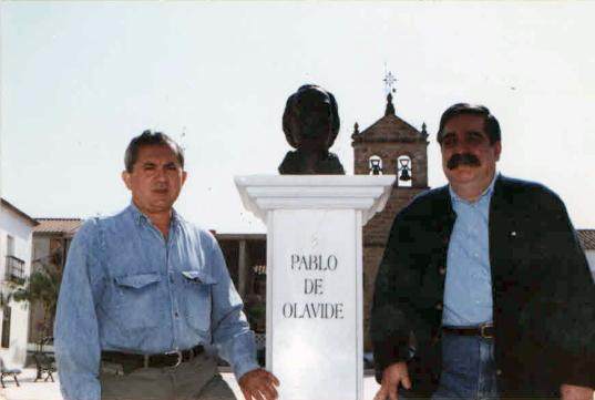 Con mi amigo y contertulio José Díaz de la Plaza, junto al monolito de Pablo de Olavide en Guarromán, en 1995.
