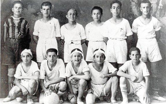 Equipo de fútbol de Torrevieja en segunda década del siglo pasado. / Foto: A. Darblade-Colección Fco. Sala