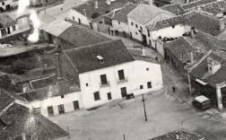 Plaza del Ayuntamiento de Parla en los años 60. De frente la casa de Bartolomé Hurtado y a la derecha el Ayuntamiento.