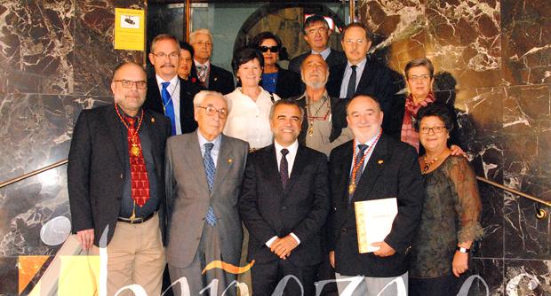 Foto de familia de los cronistas, autoridades y miembros de la Fundación Conrado Blanco.