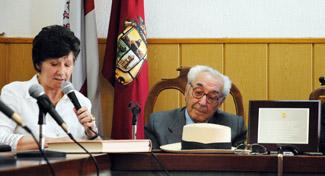 """Luisa Arias y Eugenio de Mata junto a los atributos de Conrado """"que recordaron simbólicamente su presencia"""" en el acto."""