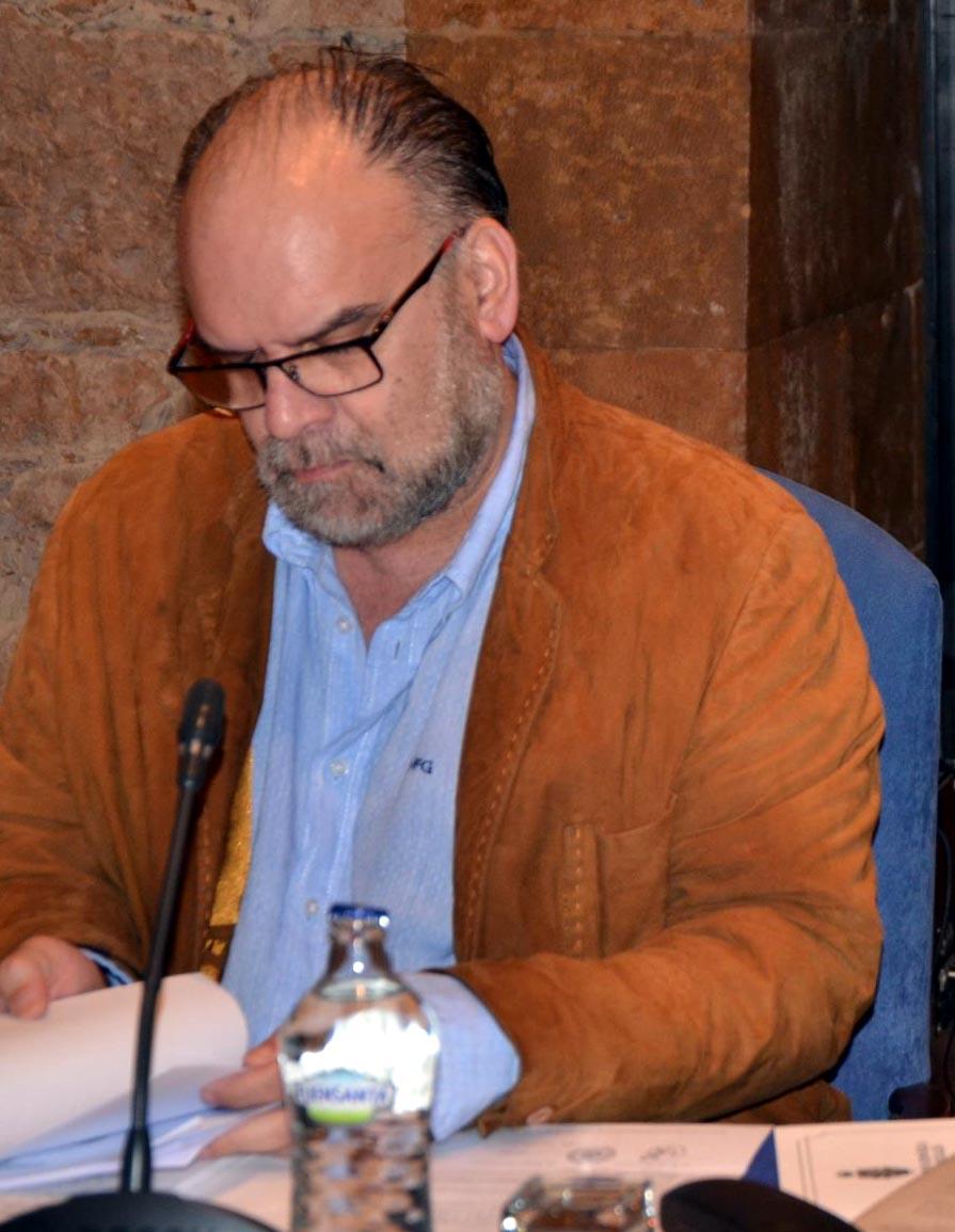 El cronista Oficial de Torrrevieja durante la lectura de la comunicación. / Foto: G. Pieras