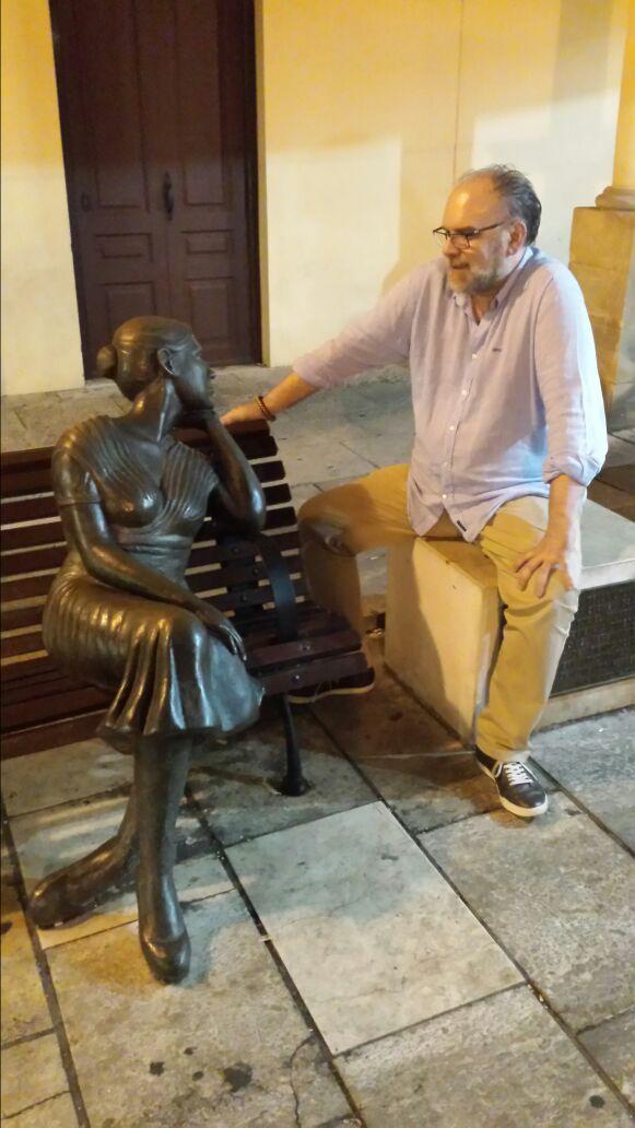 Francisco Sala junto a la 'Bella Lola' en la Plaza Fontán. / Foto: F. Roig