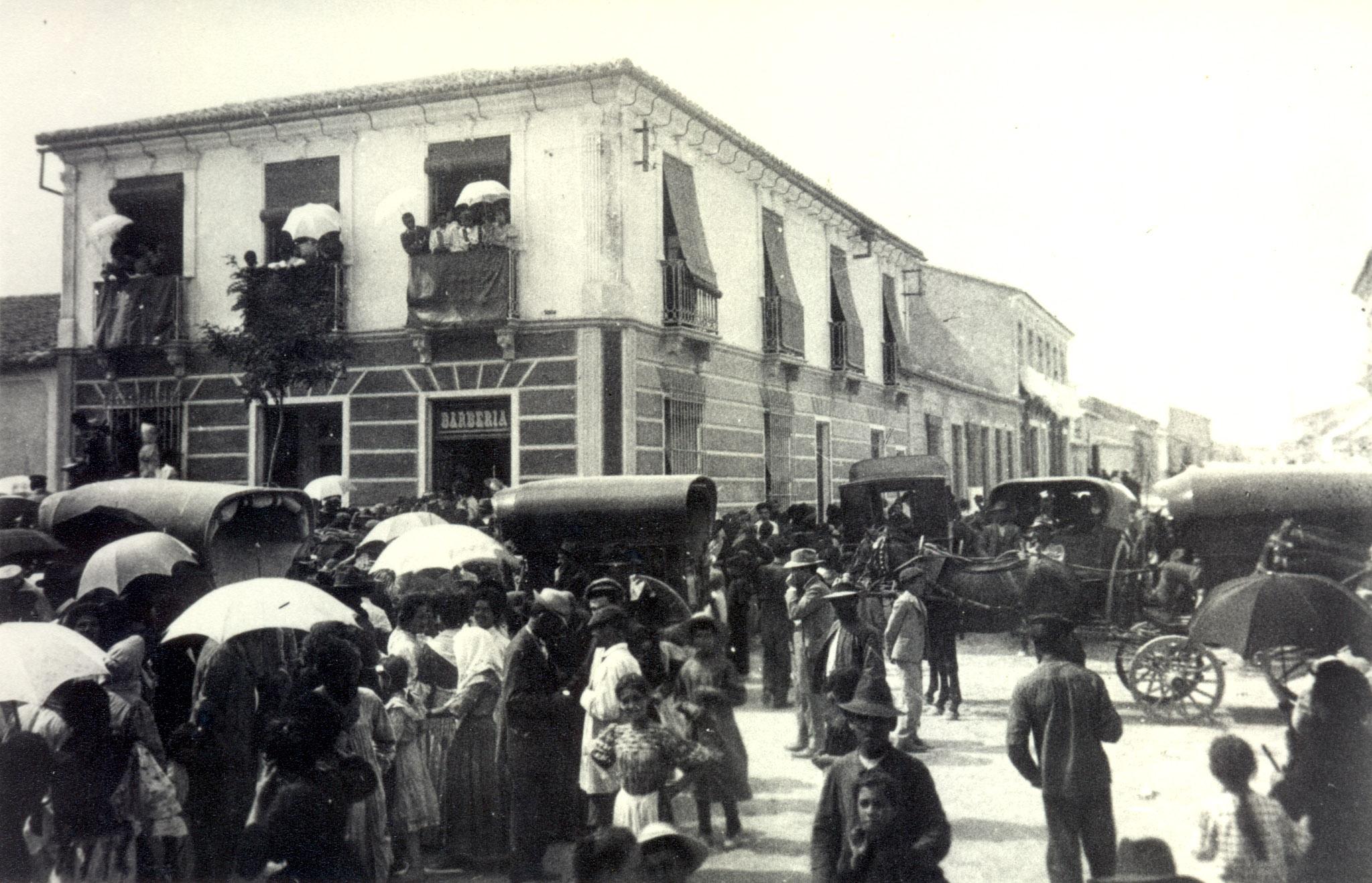 Paso del cortejo de la infanta Isabel 'La Chata' por las hoy llamadas calles Ramón Gallud y Azorín. / A. Darblade, colección Fco. Sala