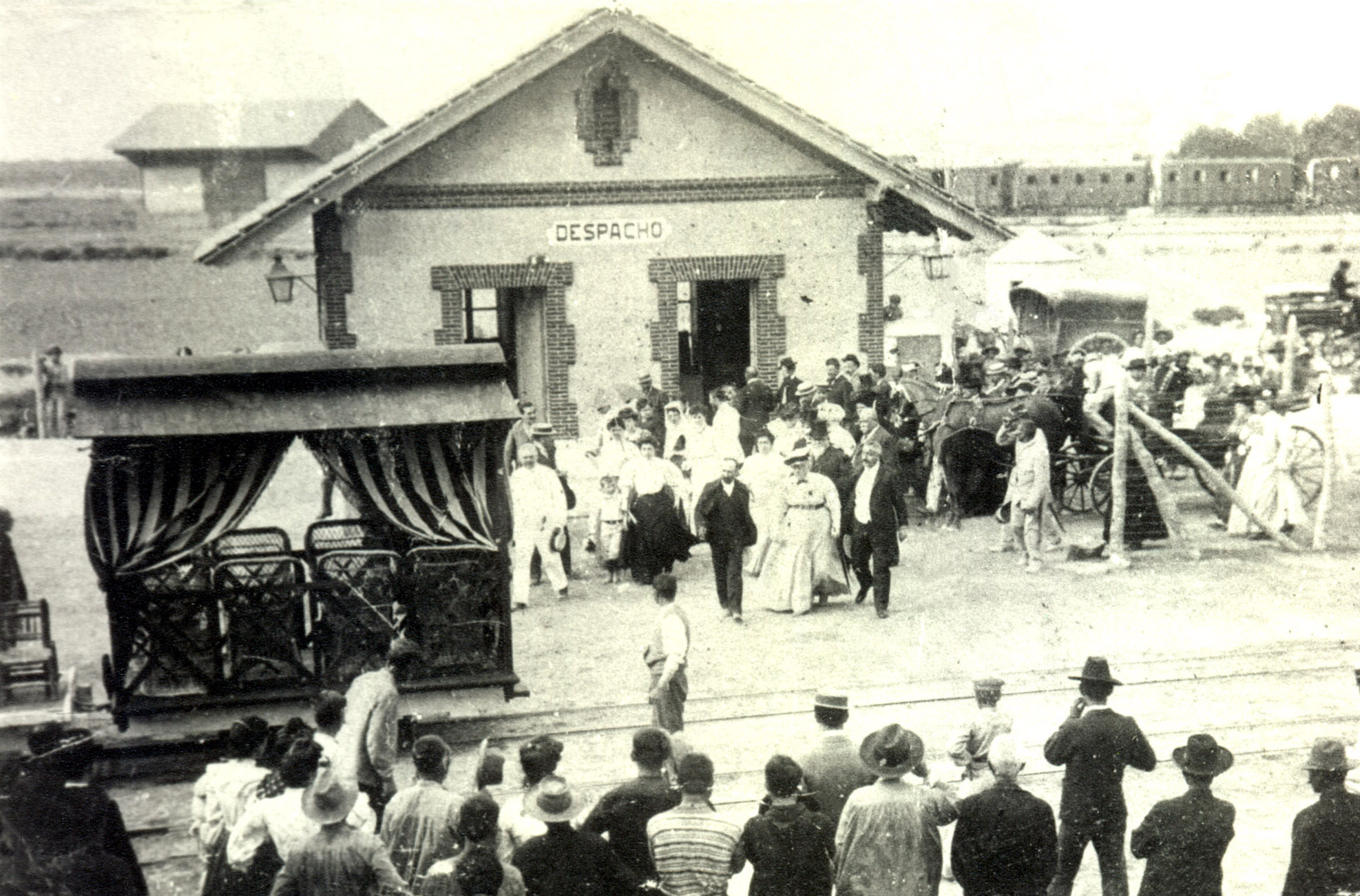 Visita de la Infanta Isabel de Borbón a las salinas de Torrevieja. Al fondo se distingue la estación del ferrocarril. / A. Darblade, colección Fco. Sala