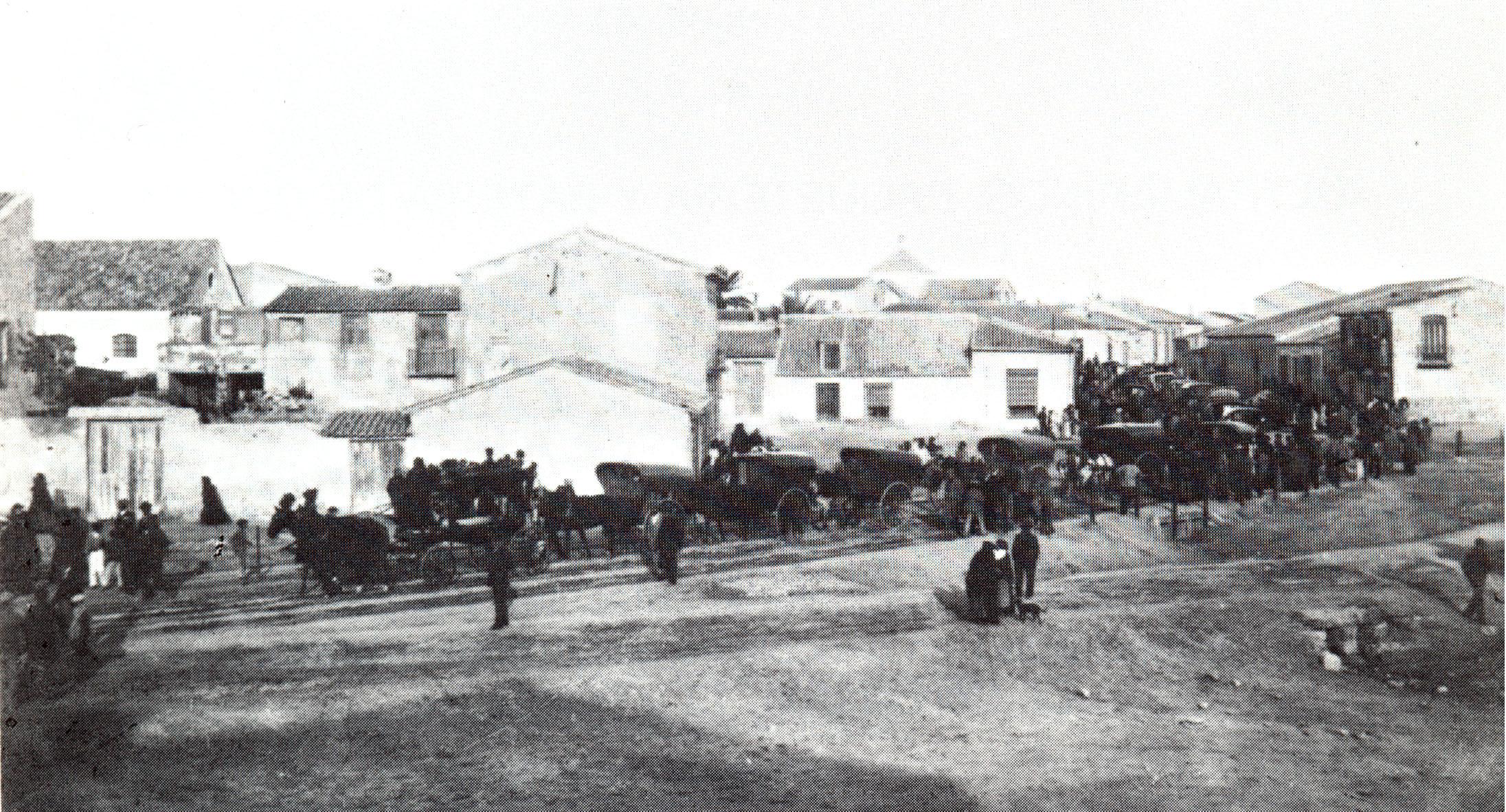 Torrevieja, 3 de octubre de 1889. Cortejo fúnebre con los restos de Ramón Ruiz Lozano y Ramón Ruiz Capdepón camino del panteón construido en el nuevo cementerio municipal. / FOTO: Darblade