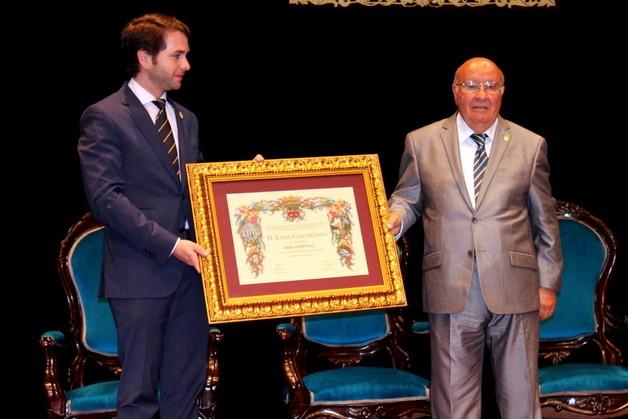 El alcalde, Fernando Priego, hacía entrega del reconocimiento a Julián García.