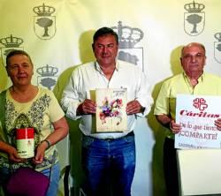 El concejal de Festejos rodeado de representantes de Cáritas. / Foto:R.C.