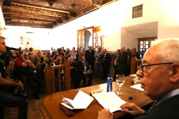 Vicente Oya, en la mesa presidencial en el abarrotado Salón Mudéjar. / POVEDA