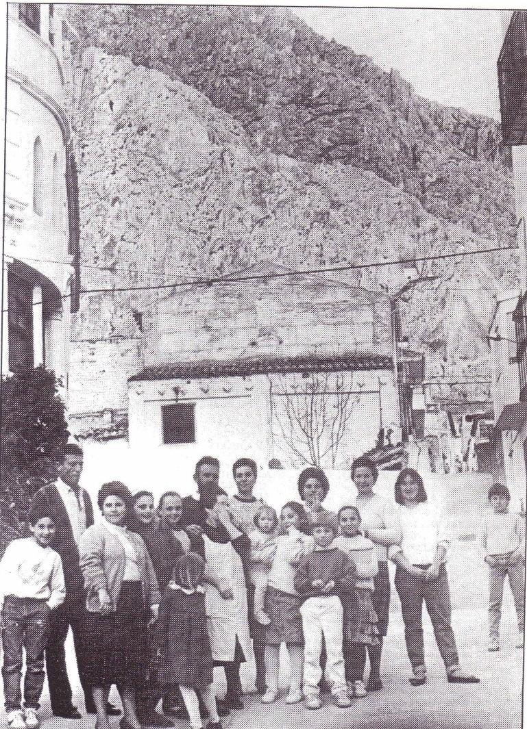 """Los once nietos de la abuela Teresa """"Moto"""", al quedarse en los pisos residencia que dispuso el Ayuntamiento en 1989, hizo que en ésta ocasión no se tuviese que quedar con ellos, como lo había hecho en años anteriores, mientras sus padres partían aproximadamente a primeros de abril hasta Navarra en los autobuses de la Empresa Muñoz Amezcua S.L., aunque algunos partieron a partir del 15 de marzo, para preparar las esparragueras."""