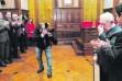 Manuel Fernández, Miguel Contreras, Ángel Vera, Bartolomé Cruz y un repleto salón de plenos aplauden a Vicente Oya, emocionado. (Agustín Muñoz)