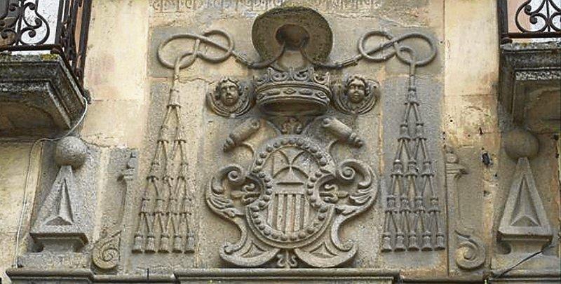 Escudo de la Orden de la Merced que corona la fachada. - Foto:CEDIDAS