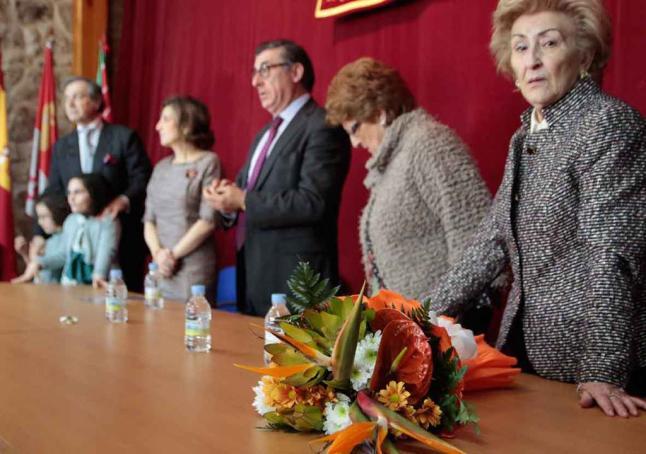 El alcalde (en el centro) junto a la familia del homenajeado.