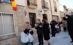 Las nietas de Manuel Rivera observan el descubrimiento de la calle a su abuelo.