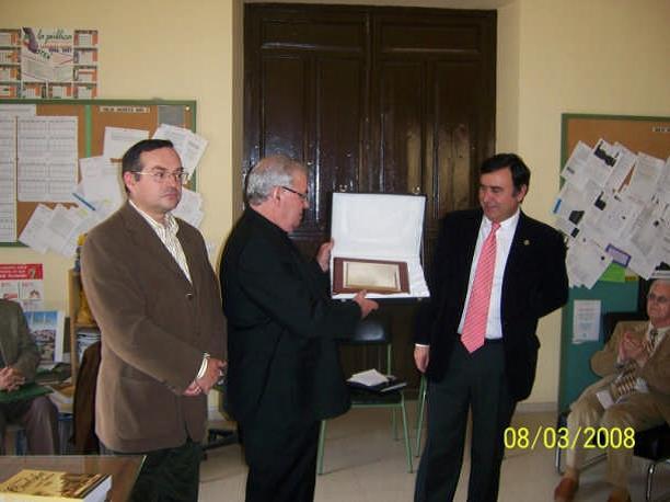 Entrega de una placa en el homenaje a Manuel Moreno Valero, Cronista Oficial de Pozoblanco.