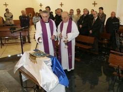 El padre Joaquín González Echegaray bendice los restos del padre Carballo. A la derecha, su sobrino Daniel Gallejones./ ANDRÉS FERNÁNDEZ