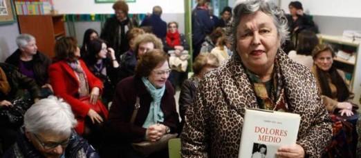 Carmen Ruiz-Tilve, con su libro sobre Dolores Medio, ayer, antes de comenzar su charla. / LUISMA MURIAS