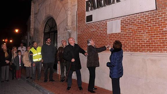 Zenón García, Cronista Oficial de la Villa, y Julia Olmedo descubren la placa en presencia del alcalde de la villa.