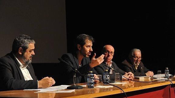 Carlos Aganzo, Roberto Lozano, Alfonso Centeno y Zenón García, Cronista Oficial de la Villa, durante el coloquio sobra la vinculación de Santa Teresa y la villa olmedana.