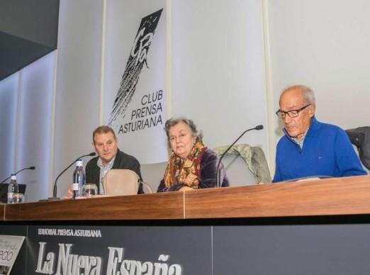 De izquierda a derecha, Manuel Gutiérrez Claverol, Carmen Ruiz-Tilve y Alberto Polledo, ayer, en el Club Prensa Asturiana. / PABLO PARIENTE