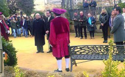 Autoridades y ciudadanos en el homenaje ofrecido junto al monumento a Pep Ventura (foto de detalle ). (Juan Rafael Hinojosa)