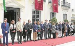 Miembros de la Corporación egabrense, tras el izado de la bandera.