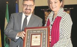 La alcaldesa, Isabel Ambrosio, junto al cronista, Julián Hurtado. - SÁNCHEZ MORENO